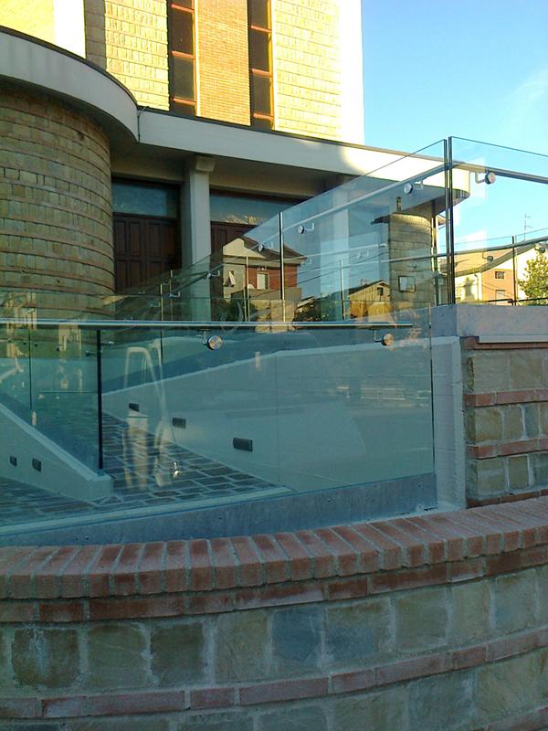 Parapetti con lastre di vetro progettati per scale interne ed esterne.